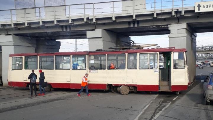 Под мостами в Ленинском районе трамвай сошёл с рельсов и перегородил дорогу машинам