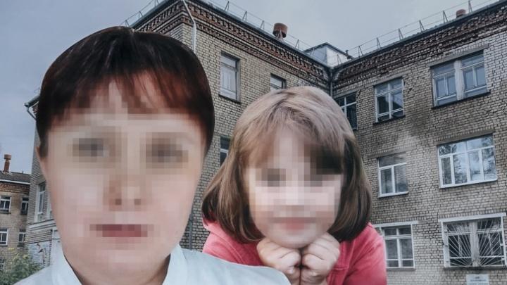 «Ей сейчас очень тяжело»: маму убитых в Рыбинске девочек затравили в соцсетях