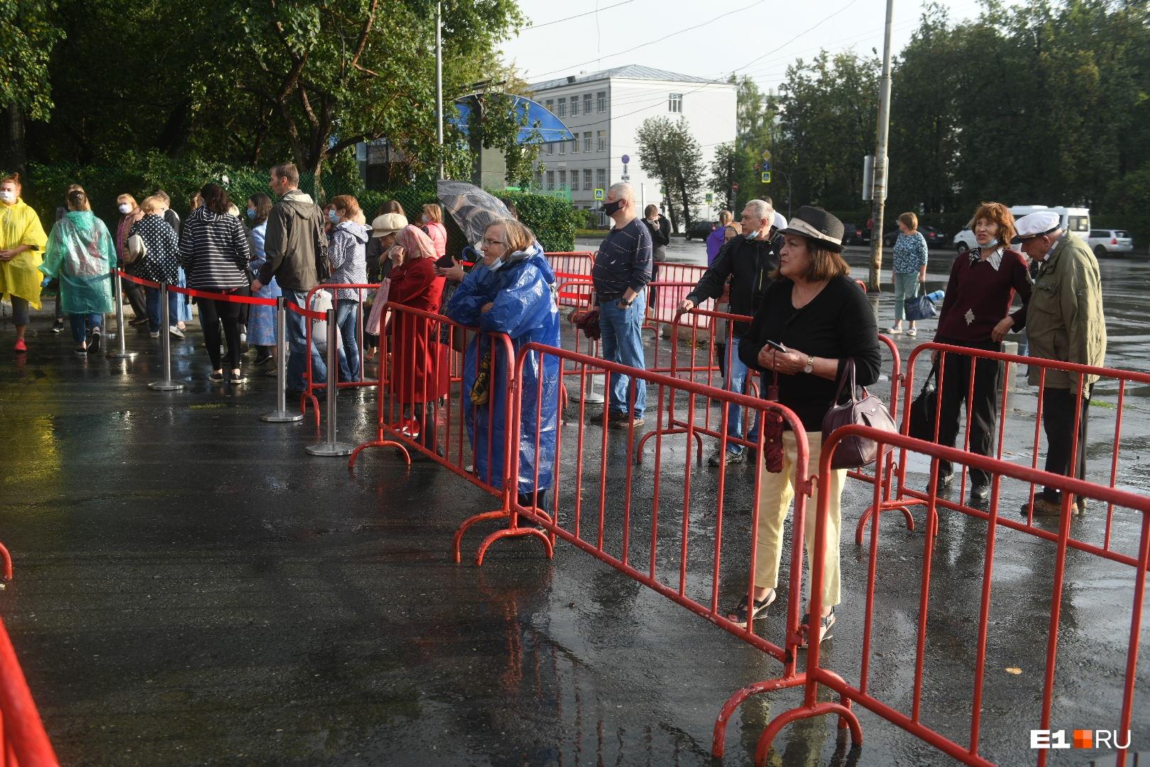 Люди регистрировались заранее, чтобы попасть на фестиваль
