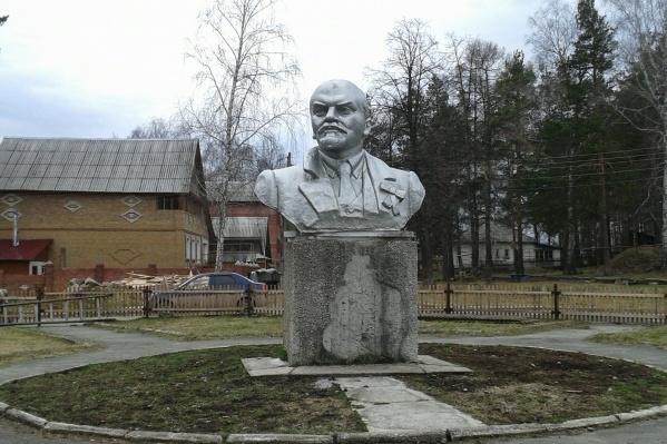 Этот солидный бюст Владимира Ильича установлен в селе Кедровом