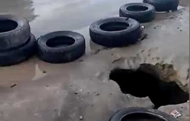 Водители пробивают колёса в огромной яме на Пашинском переезде