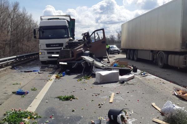 Судя по фото последствий аварии, водитель ГАЗа вез цветы на продажу