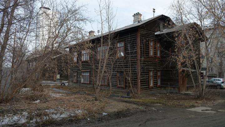«Они старые, но не аварийные»: глава Железнодорожного района рассказал о судьбе бараков на Стрелочников