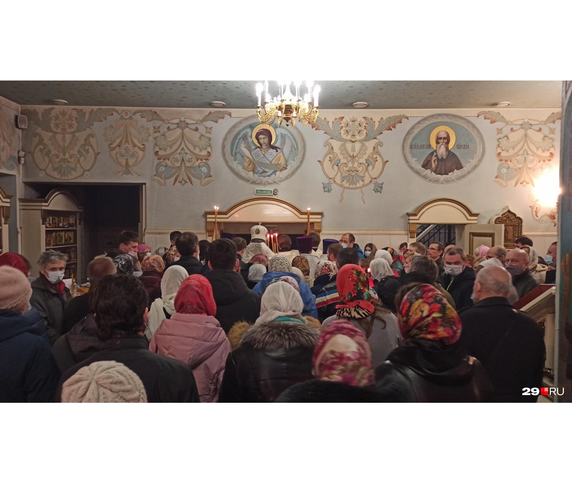 Ночью на литургию в Ильинский собор пришло порядка 80 человек