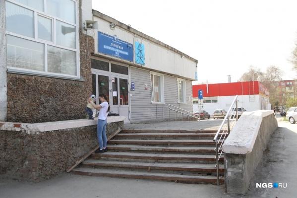 В начале августа губернатор провёл выездное совещание по поводу строительства нового здания поликлиники № 22 — оно будет четырехэтажным и появится на улице Виктора Уса