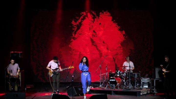 «Вас надо сжечь». Уральскую певицу завалили оскорблениями в соцсетях за концерт во время пандемии