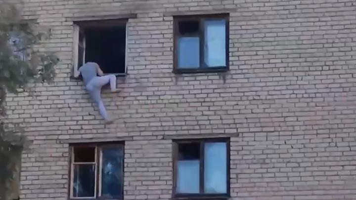 Появилось видео падения мужчины из окна на четвёртом этаже