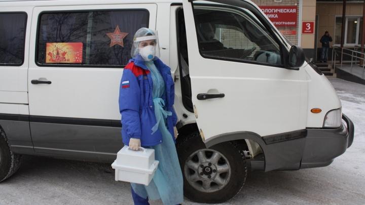 Красноярский театр оперы и балета передал свой автомобиль больнице для перевозки ковидных бригад