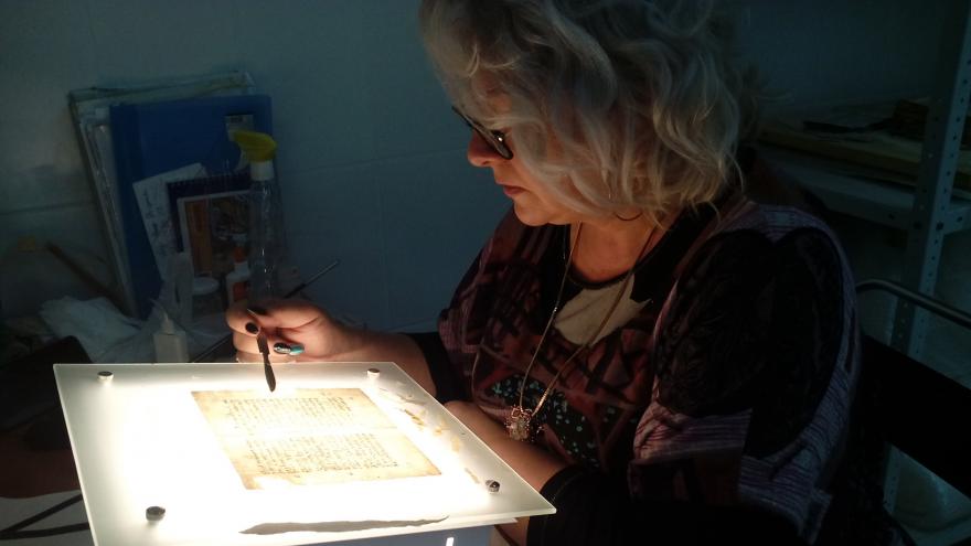 Реанимация редкого «пациента»: в волгоградском музее возрождают книгу с 300-летней историей