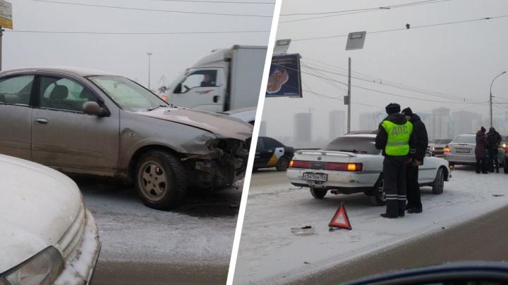 Водители встали в 4-километровую пробку на Димитровском мосту из-за аварии