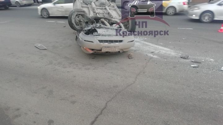 Лихой водитель не вошел в поворот и перевернулся на Профсоюзов