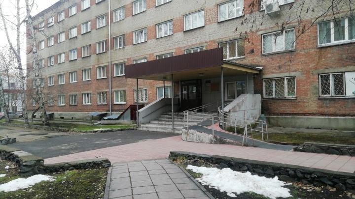 Из окна инфекционной больницы в Новосибирске выпала девушка