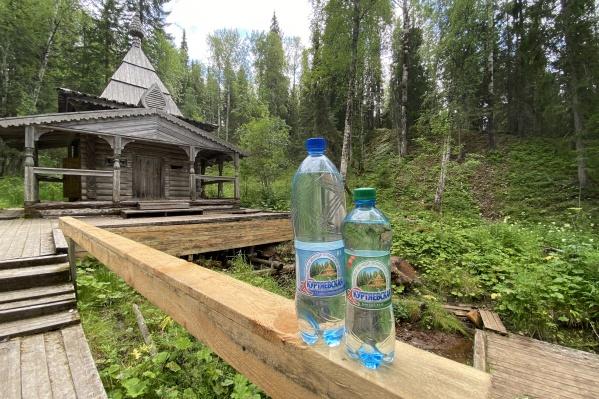 Знающие туристы всегда набирают в святом месте бутылочку воды