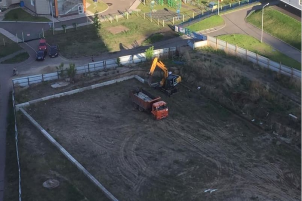 Жители утверждают, что это последний незастроенный клочок земли в ЖК «Яблони»
