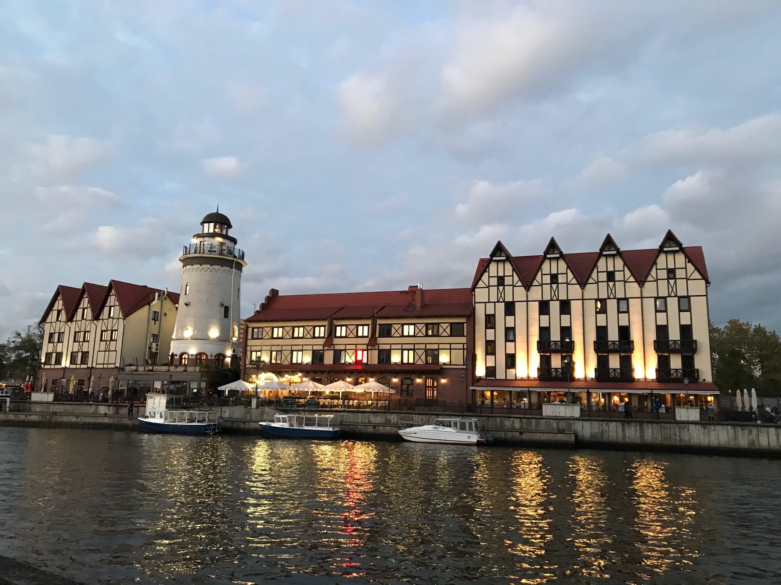 С «маяка» открывается вид на город, на первых этажах домиков — кафе и рестораны