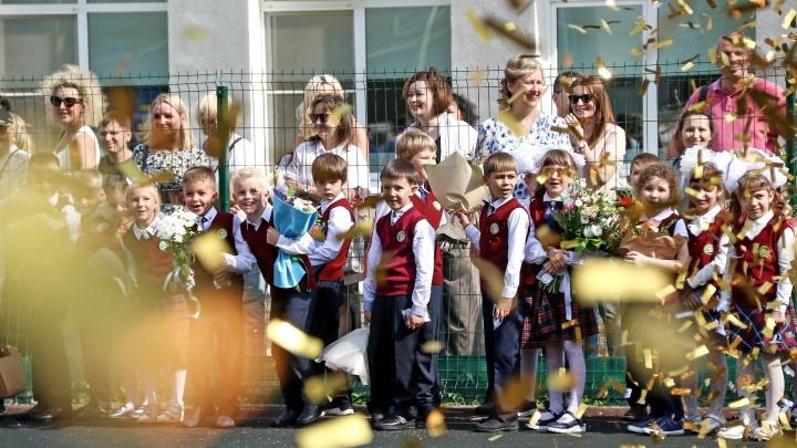 1 Сентября в Нижнем Новгороде: дети пьют шампанское, взрослые пускают голубей