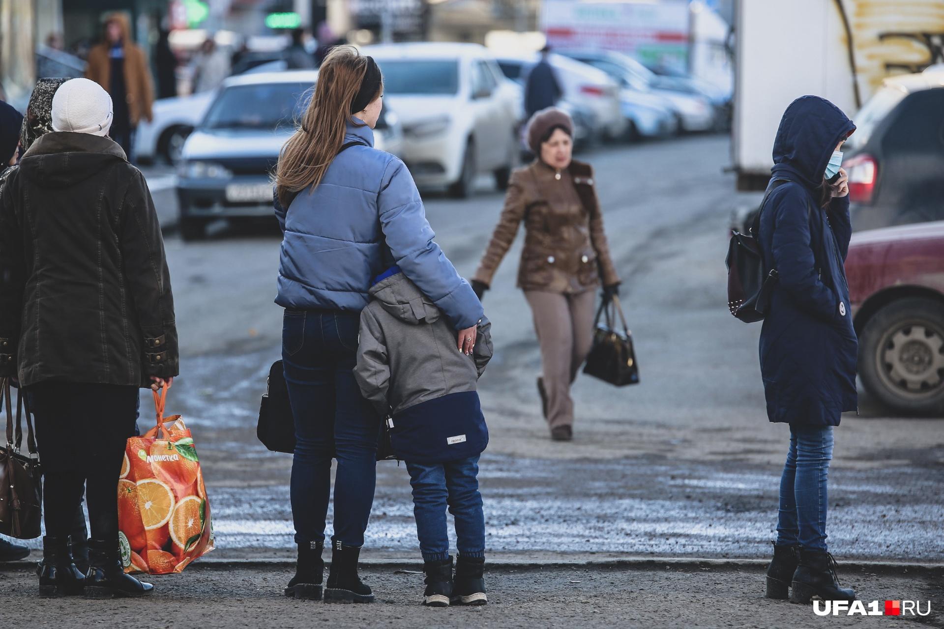 Выходить на улицу можно только в экстренных случаях и тем, кто идет на работу