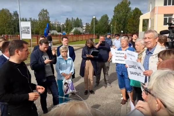 Александра Цыбульского встретили в Урдоме с плакатами «Шиес не закрыт», «Требуем честные выборы»<br>