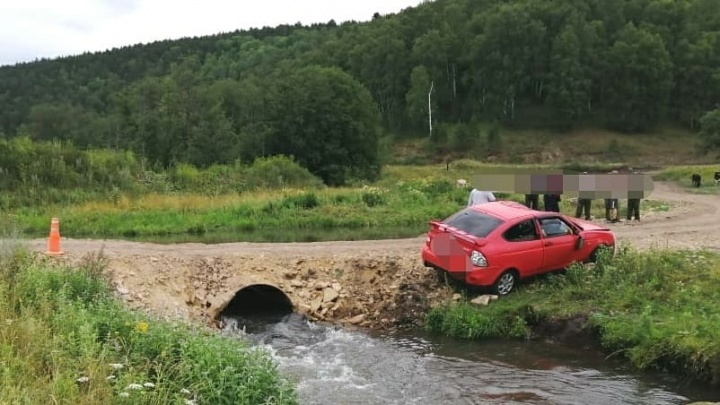 В Башкирии автомобиль упал в реку, два человека погибли