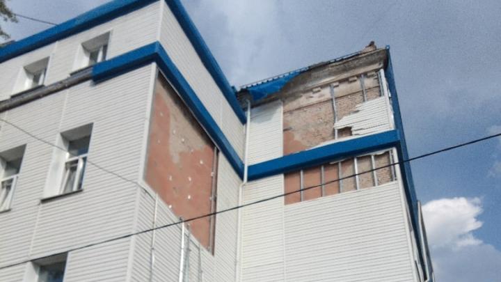 Прокуратура потребовала от школы на Омской отремонтировать фасад и крышу