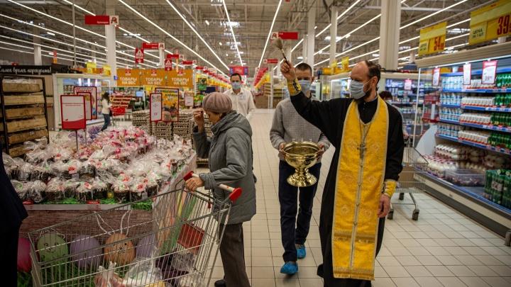 Как священник в маске освящал 30 000 куличей в гипермаркетах Новосибирска