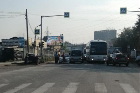 Пробка собралась из-за столкновения седана с грузовиком