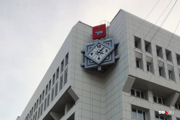 Часы на здании гостиницы появились в 2003 году