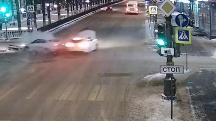 Появилось видео ДТП в центре Перми, в котором пострадали ребенок и двое взрослых