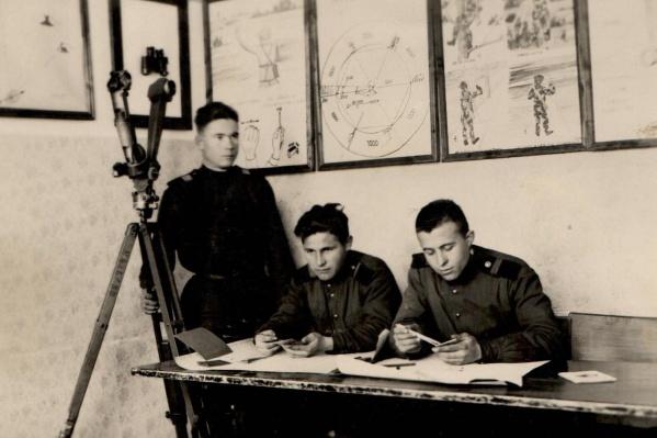 Павел Полищук (на фото справа) вместе с сослуживцами несколько месяцев ползал ночью по полям, чтобы собрать информацию об огневых позициях японцев. На фото они производят уже конечные расчёты