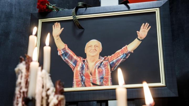 «Для нас это трагическая дата»: в память об Отаре Джангишерашвили актеры НЭТа показали «Цареубийц»