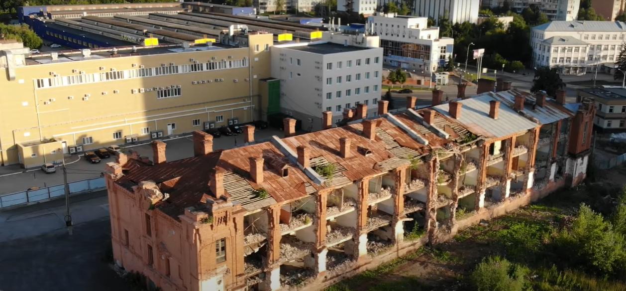 На территории ГПЗ-4 находится разрушенная казарма Линдовского городка