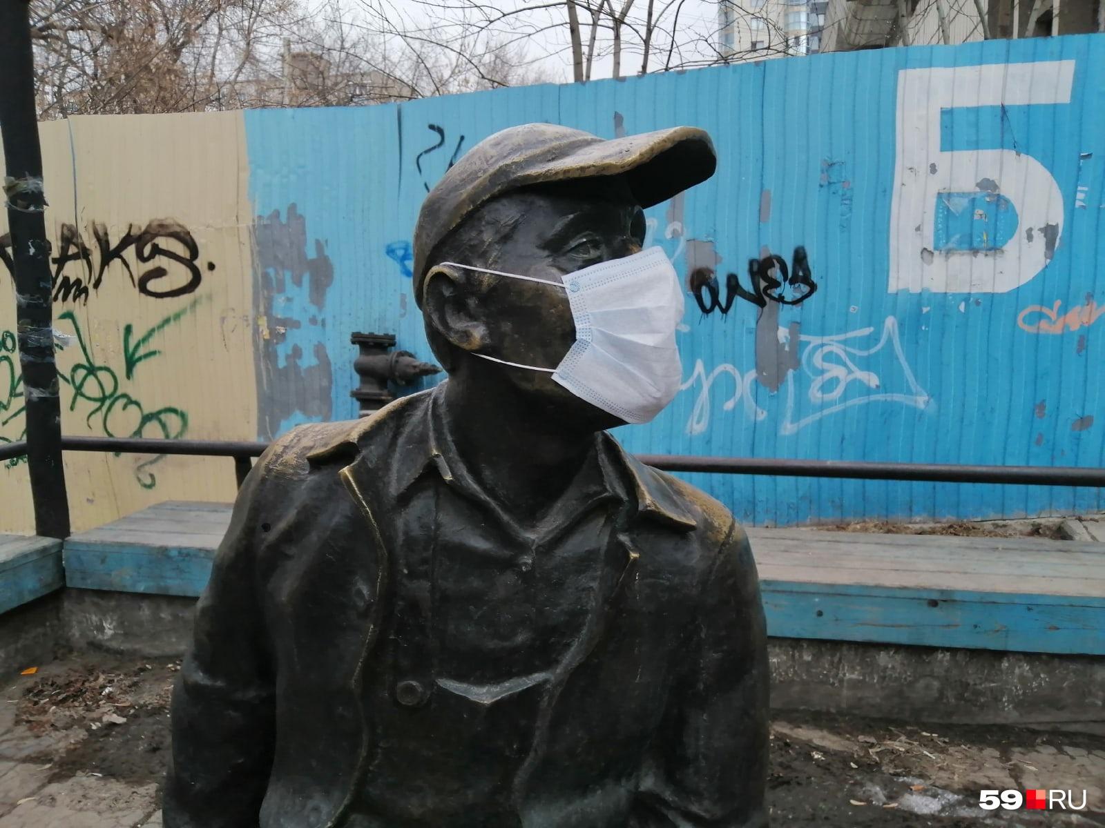 Водопроводчик тоже в маске: о нем позаботились жители соседних домов