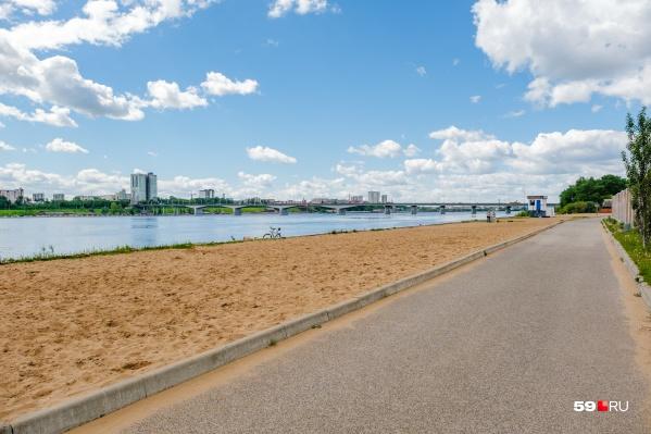 Городской пляж частично пустует