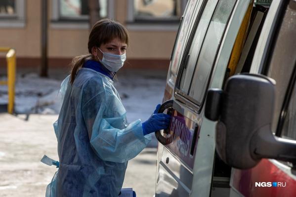 Врачей сразу же закрыли в обсервацию, когда выявился коронавирус у пациента, но родные считают, что защиты было недостаточно