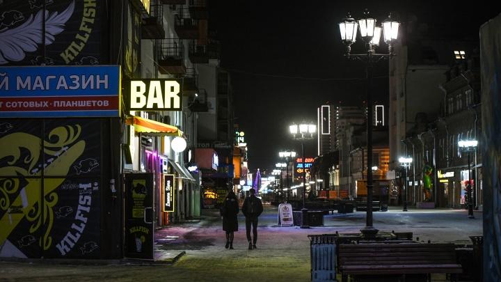 Двери нараспашку и музыка из окон: смотрим, как в ресторанах Екатеринбурга соблюдают антиковидные требования