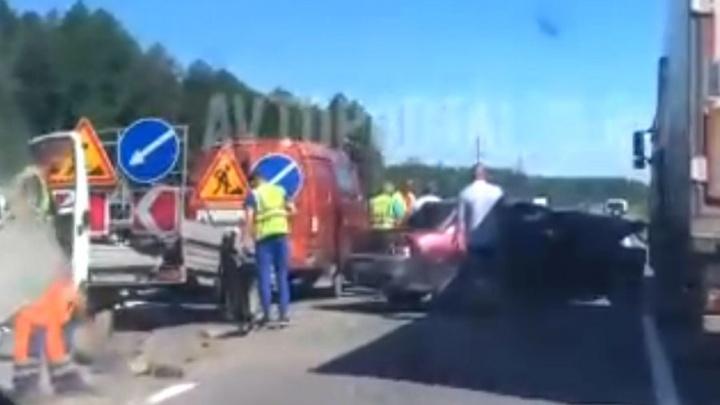 Водитель в больнице: в Ярославской области легковушка влетела в отбойник. Видео