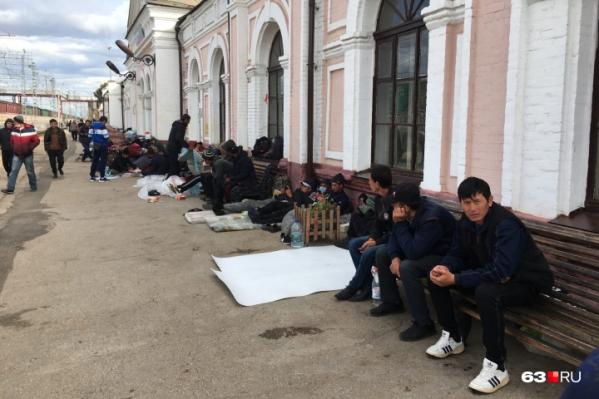 Иностранцы разбили лагерь на платформе
