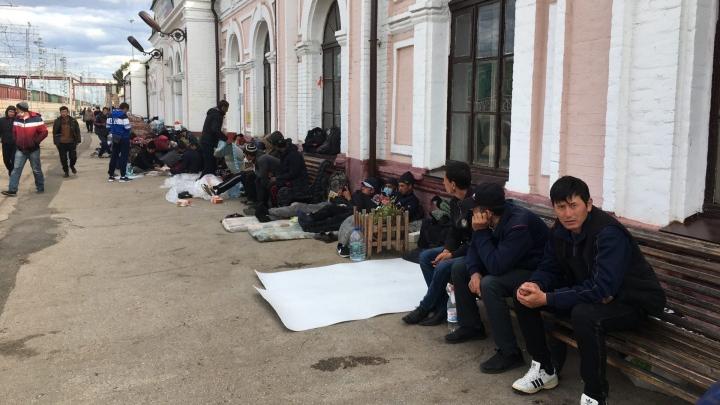 РЖД прокомментировали ситуацию с лагерем мигрантов на вокзале в Кинеле