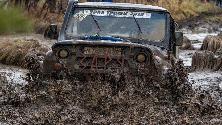 В грязи с головы до ног: в Невьянске участники гонок на внедорожниках пытались не увязнуть в болоте