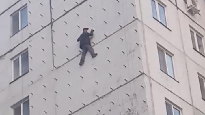 В Кургане полиция выясняет, почему мужчина оказался на стене многоэтажки