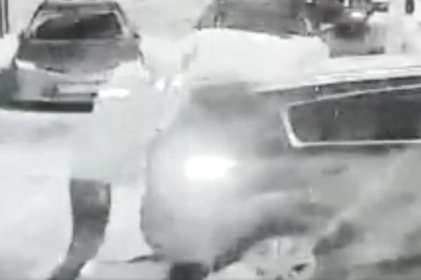 Мужчина закинул гигантский предмет на одну из машин, а потом еще и еще