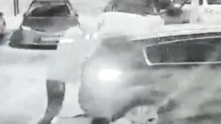 Бунтарь из Уфы повредил две машины, кидаясь в них кирпичами