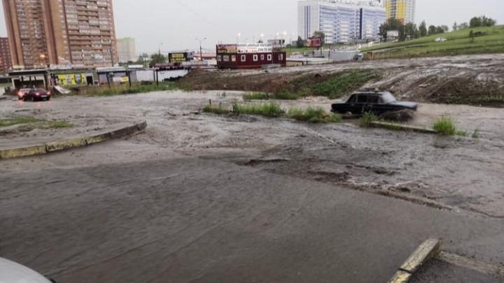 В мэрии рассказали о последствиях дождя: забитые водостоки, прогнившие трубы, мусор в ливневках