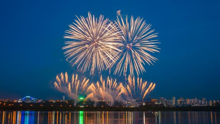 В Кемерово запустили праздничный салют. Показываем, как это было