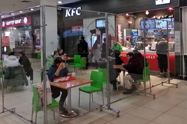 За ограждениями в ТРК «Ройял Парк» уже отдыхают люди