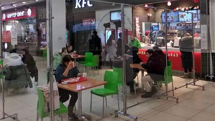 Решили проблему: «Ройял Парк» поставил пластиковые щиты на фуд-корте — теперь там снова можно есть
