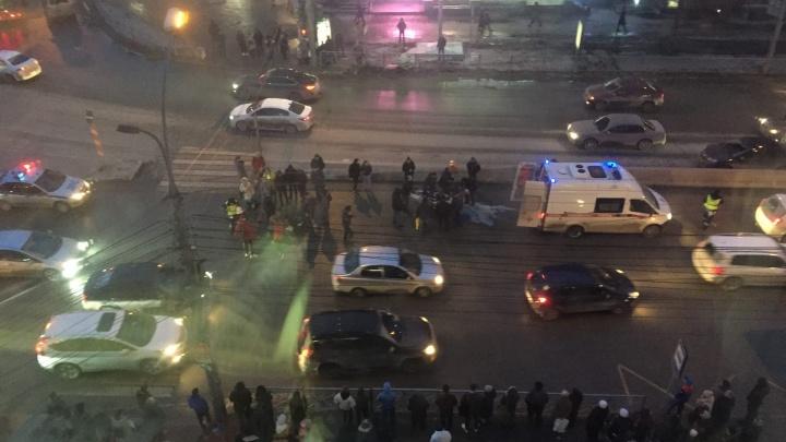 Машина влетела в толпу пешеходов на площади Калинина: появилось видео с места ДТП