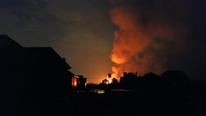Ударила молния: под Тюменью пожарным пришлось тушить объятый пламенем деревянный дом