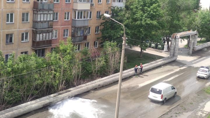 В Дзержинском районе прорвало трубу: вода залила проезжую часть