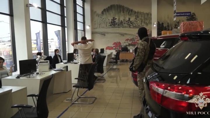 В два ростовских автосалона пришли вооруженные силовики. Рассказываем, в чем дело